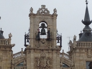 Two figures on top strike the bells